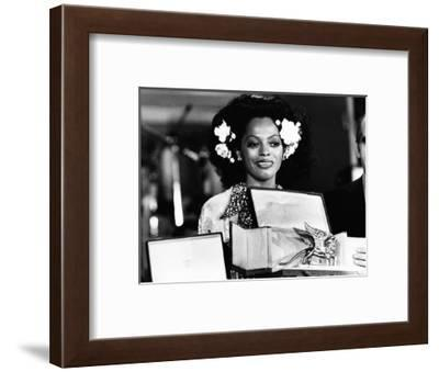 Diana Ross Shows the Statue of 'The Golden Lion' (Il Leone D'oro) at the Venice Film Festival--Framed Photographic Print