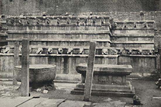 'Die sudliche der vier den Himmelsrichtungen entsprechend errichteten altarartigen Anbetungsstatten-Unknown-Photographic Print