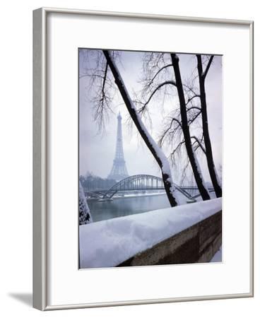Snowfall in Paris: Passerelle Debilly and Eiffel Tower
