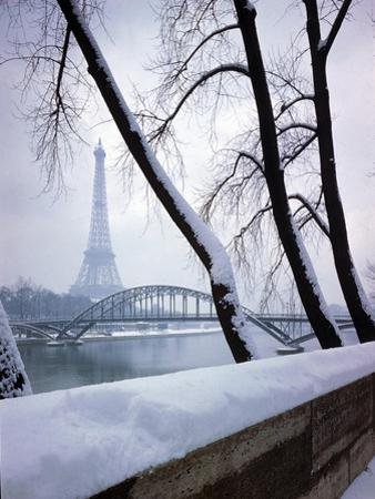 Snowfall in Paris: Passerelle Debilly and Eiffel Tower