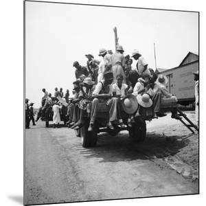 Peach pickers being driven to the orchards in Muscella, Georgia, 1936 by Dorothea Lange