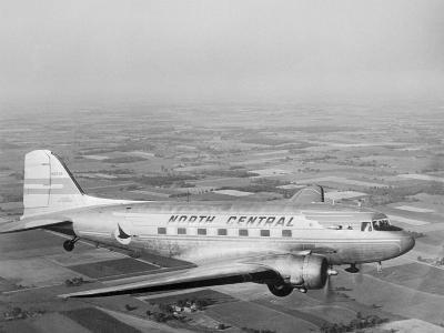 Douglas Dc-3 Plane in Flight--Photographic Print