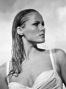 DR. N0, 1962 directed by TERENCE YOUNG Ursula Andress (b/w photo)