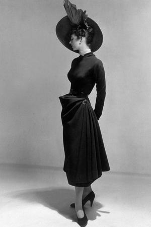 https://imgc.artprintimages.com/img/print/dress-by-christian-dior-1948-new-look-style_u-l-pwgk4v0.jpg?p=0