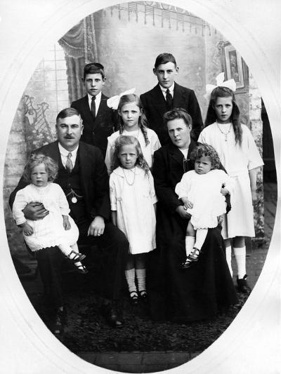 Early Edwardian Family Group, C. 1905--Photographic Print