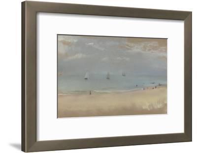 Au bord de la mer, sur une plage, trois voiliers au loin