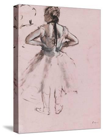 Danseuse debout, de dos, les mains à la taille