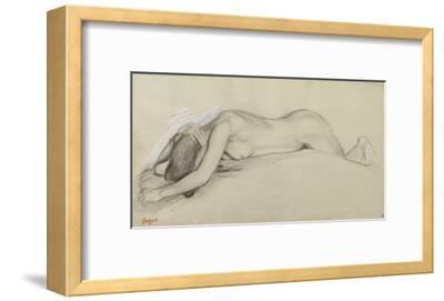 Femme nue allongée sur le ventre, la tête entre les bras
