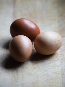 Brown eggs by Elisa Lazo De Valdez
