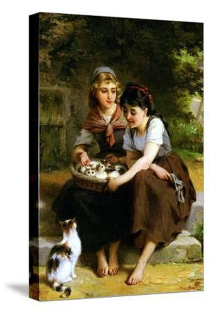 Deux Fillies Avec Un Panier De Chatons