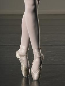 Ballerina en pointe by Erik Isakson