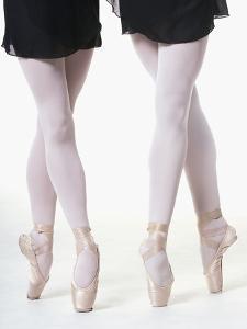 Ballerinas en pointe by Erik Isakson