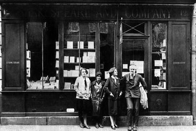 https://imgc.artprintimages.com/img/print/ernest-hemingway-and-sylvia-beach-infront-of-the-shakespeare-and-company-bookshop-paris-1928_u-l-pwgm590.jpg?p=0