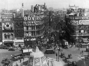 Excellent View of a Bustling Piccadilly Circus