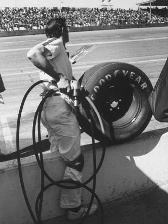 Expert Mechanic Waiting for a Car to Stop During the Daytona 500 Autorace