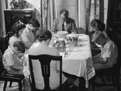 https://imgc.artprintimages.com/img/print/family-seated-round-dining-room-table-father-saying-grace_u-l-q10c19i0.jpg?p=0