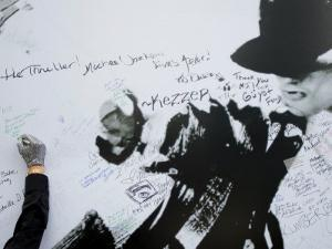Fans Sign Tribute Wall to Michael Jackson outside the Staples Center, Los Angeles, July 7, 2009