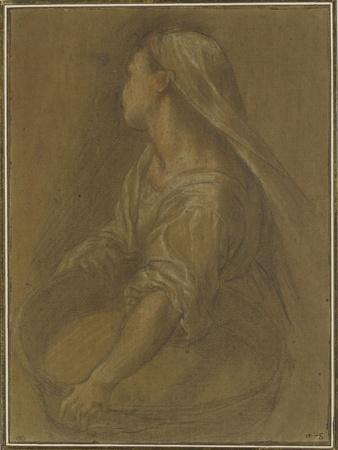 Jeune femme tenant une bassine à mi-corps la tête tournée vers l'arrière