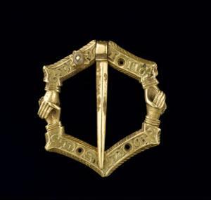 Fermail : hexagonal, mains croisées, inscription