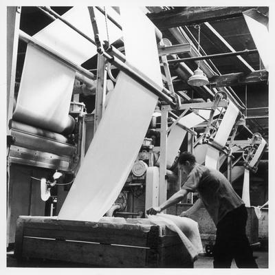 https://imgc.artprintimages.com/img/print/finishing-pulling-down-cloth-at-james-chadwick-and-co-lancashire_u-l-q108cer0.jpg?p=0