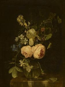Fleurs dans un vase de verre sur une console de marbre