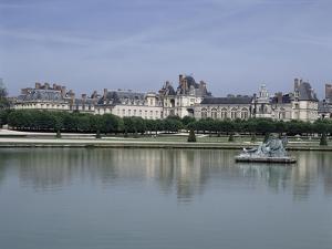 Fontainebleau : Façades donnant sur le grand parterre, avec au centre un bassin ; jardins de Le
