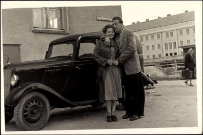 Foto Automobil, Paar, Umarmung,Katja Niederkirchener--Giclee Print