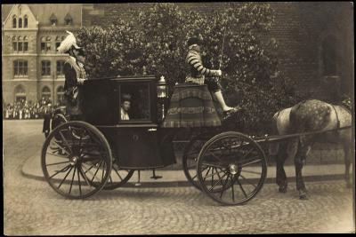 Foto Kutsche, Adelige Dame, Fahrer,Pferd,Pflasterweg--Giclee Print