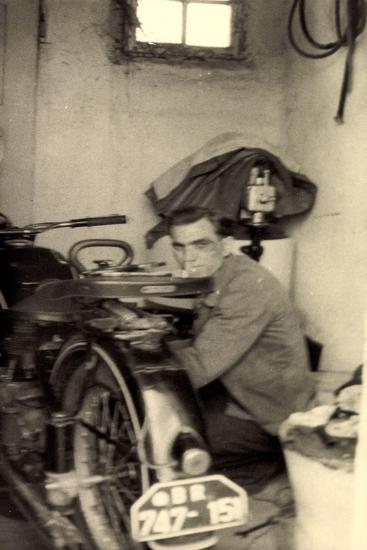 Foto Mann Schraubt an Einem Motorrad, Br 747 151--Giclee Print