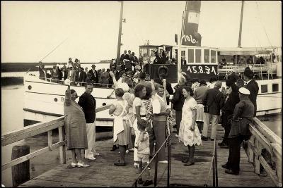 Foto Passagiere Des Dampfers Binz Am Steg, 1931--Giclee Print