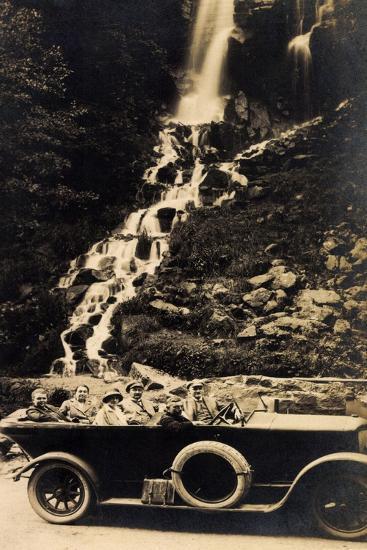 Foto Reisegesellschaft Im Auto an Einem Wasserfall--Giclee Print