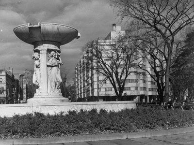 https://imgc.artprintimages.com/img/print/fountain-in-dupont-circle-with-dupont-plaza-hotel-visible-in-background_u-l-p3n9vl0.jpg?p=0
