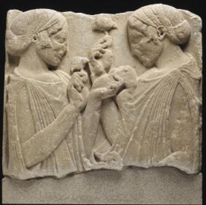 """Fragment de stèle funéraire (ou votive) dite de """"l'Exaltation à la fleur"""" (Démeter et Coré ?)"""