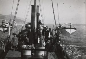 G. Eiffel, Claire Salles, Dr Hennocque, Marcel et Jean Piccioni à bord de l'Aida dans la rade de