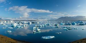 Icebergs in Jokulsarlon Lagoon, Beneath Breidamerkurjokull Glacier, Sudhurland, Iceland by Gareth McCormack