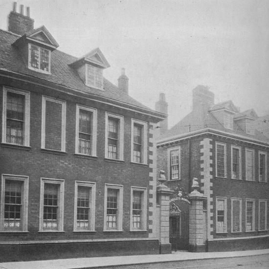 Gateway of Berkeley's Hospital, Worcester, Worcestershire, 1924-Unknown-Photographic Print
