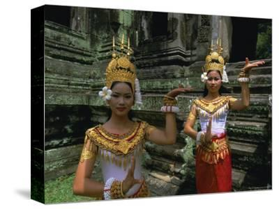 Traditional Cambodian Dancers, Angkor Wat, Siem Reap, Cambodia, Indochina, Asia