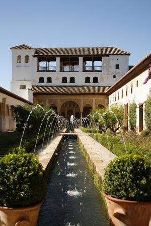 https://imgc.artprintimages.com/img/print/generalife-gardens-alhambra-palace-unesco-world-heritage-site-granada-andalucia-spain-europe_u-l-pwfqt20.jpg?p=0