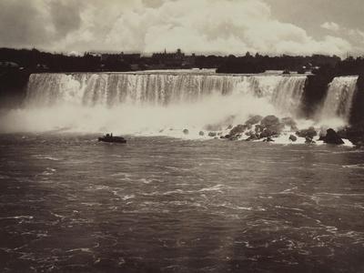 Les chutes du Niagara, au fond vue de la ville