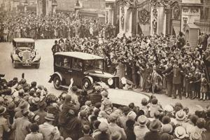 George Vi and Queen Elizabeth Leave Buckigham Palace to Holiday in Windsor, 1937