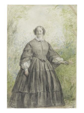 Femme vêtue d'une robe à crinoline grise, devant un bosquet