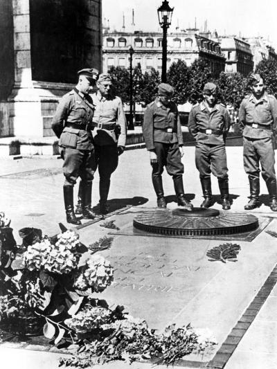 German Soldiers at the Tomb of the Unknown Soldier at the Arc De Triomphe, Paris, December 1940--Photographic Print