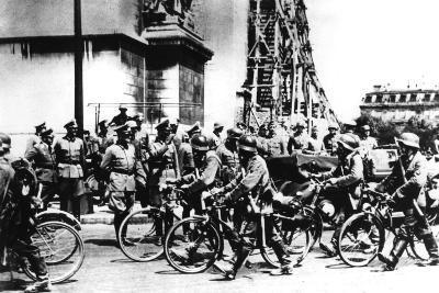 German Soldiers Marching Past the Arc De Triomphe, Paris, 14 June 1940--Photographic Print