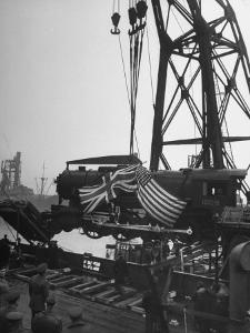 Giant Floating Crane Hauling a 130 Ton Locomotive Off the Deck of a Ship