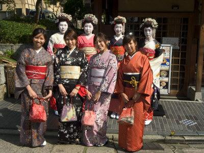 https://imgc.artprintimages.com/img/print/girls-wearing-yukata-kimono-geisha-maiko-trainee-geisha-in-gion-kyoto-city-honshu-japan_u-l-p1ng9n0.jpg?p=0