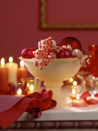 https://imgc.artprintimages.com/img/print/glass-bowl-of-berries-xmas-baubles-as-table-decoration_u-l-q10s05q0.jpg?p=0