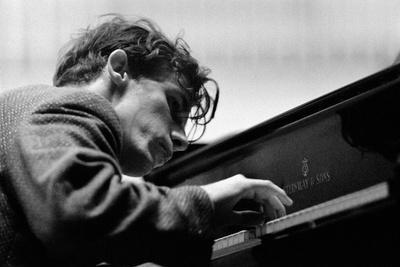 https://imgc.artprintimages.com/img/print/glenn-gould-performing-with-the-berlin-philharmonic-orchestra-under-herbert-von-karajan-berlin1957_u-l-q1e4emb0.jpg?p=0