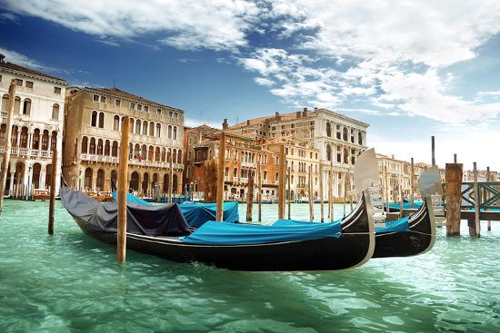gondolas-in-venice-italy