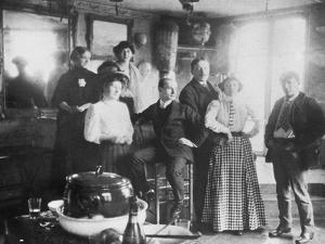 Groupe de personnes dont Picasso à droite et Fernande Olivier debout au deuxième plan
