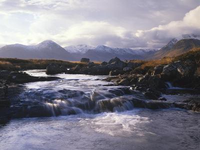 GrovŸbritannien, Schottland, Strathclyde, Rannoch Moor, River Ba , Natur, Berglandschaft-Thonig-Photographic Print